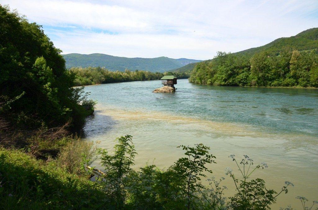 servie huisje in rivier drina